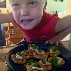 Kids' lunch: almond meal crusted zucchini mini pizzas with fresh basil. #paleo