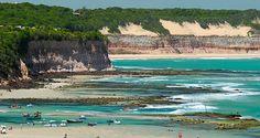 TIBAU DO SUL Fica a 85 km de Natal e é lá que você encontra Pipa, uma praia com mais de dez quilômetros de extensão descoberta por surfistas nos anos 70. A Praia de Pipa é o principal balneário do Litoral Sul do estado e praias como a Praia do Amor, a Praia do Madeiro, a Praia das Minas e a Baía dos Golfinhos.