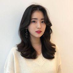 Find more information on hairstyles for round faces Korean Perm Short Hair, Korean Haircut Long, Medium Straight Haircut, Medium Hair Cuts, Long Hair Cuts, Medium Hair Styles, Short Hair Styles, Korean Curls, Ball Hairstyles