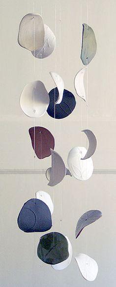 porcelain mobile: twee pinnen combineren. Rondjes kleien met bloemafdrukken. Deze aan lamp hangen... Voor ❤Jona