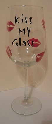 """Wine Glass with Lips and """"Kiss My Glass"""" Saying. Makes a really cute and inexpensive gift. crafts to sell project ideas glass bottles Wine Glasses Wine Glass Sayings, Wine Glass Crafts, Wine Craft, Wine Bottle Crafts, Wine Bottles, Glass Bottles, Diy Wine Glasses, Decorated Wine Glasses, Painted Wine Glasses"""