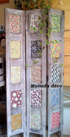 you could use scrapbooking paper, stained glass squares from the craft store, pictures, newspapers, possibilities are endless! - pallet diy - old wood - woodwork - Nice idea Diy Room Divider, Room Divider Screen, Room Dividers, Divider Ideas, Room Screen, Furniture Projects, Diy Furniture, Diy Projects, Woodworking Projects