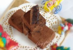 kostka malinowa (czekolada 80%, puree malinowe, masło, cukier trzcinowy, koniak, kakao)