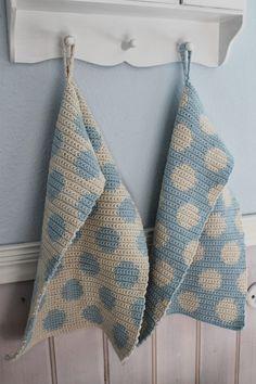 En kreativ verden: Dots håndklæder. http://www.hendesverden.dk/handarbejde/Sallys/Flotte-haklede-handklader/