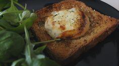 Chèvre chaud super rapide et facile à faire, accompagné d'une petite salade. Avec des herbes de Provence, un peu de sirop d'agave et bien assaisonné, c'est une vraie tuerie ! Découvrez la recette juste ici : https://www.youtube.com/watch?v=NiVa44tDHkA
