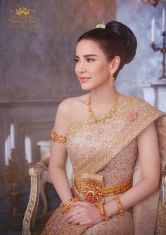 Thai Wedding Dress, Khmer Wedding, Dream Wedding Dresses, Malay Wedding, Bridal Dresses, Traditional Thai Clothing, Traditional Fashion, Traditional Outfits, Thailand Fashion
