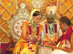 Aishwarya Rai & Abhishek Bachchan at their star-studded Bollywood wedding in 2007. Both Bengali and Tulu traditions were observed. Thx Indian Express