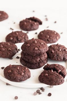 Vegan chocolate cookies, the best vegan cookies in the whole world. They're thick, soft and fudgy and made with just 9 simple ingredients. Best Vegan Cookie Recipe, Best Vegan Cookies, Vegan Chocolate Cookies, Vegan Dessert Recipes, Vegan Sweets, Chocolate Desserts, Delicious Desserts, Galletas Chocolate, Postre Chocolate