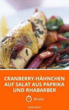 Cranberry-Hähnchen auf Salat aus Paprika und Rhabarber - 456 kcal - einfaches Gericht - So gesund ist das Rezept: 8,9/10   Eine Rezeptidee von EAT SMARTER   Gefüllt, Osterrezepte, Geflügel, Obst, Abendessen, Beilage, Salatbeilage #hähnchen #gesunderezepte