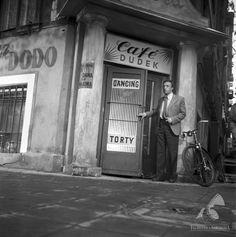 Warszawska kawiarnia, ul. Przeskok 1959 Na zdjęciu Bogumił Kobiela  #warszawa #warsaw #poland #kawiarnia #kamienica #ulica #rower #dancing #śródmieście