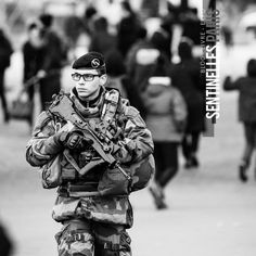 Patrouille sur le champ de mars. Photo: @sandrachenugodefroy / Ref:4116-04-0106 #armeedeterre #armee2terre @armee2terre #champdemars #patrouille #Sentinelle #Sentinelleparis #Paris #military #army #milpicture #militarylife #onlymyphotos #France #francephotooftheday #parisstreetphoto #streetphotography #bw #blackandwhite #blackandwhitephotography #bnw #canonphoto