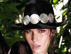 BOM DIA!!!! E UM EXCELENTE FIM DE SEMANA!!! Ficou pronto o ensaio fotográfico da parceria com a Margarida Store, as fotos ficaram lindas, e a criatividade superou as expectativas. O adorno do chapéu é um colar maravilhoso que temos disponível no site. Vale a pena conferir !!! http://www.hazineacessorios.com.br/colares/colar-de-zamac-com-couro-cod-1150.html