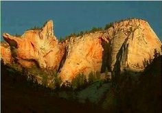 Cat Mountain in Ukraine. How many of you wish to visit?  (Cat case design ☛http://bit.ly/1eRnc9g)
