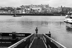 O rio #Douro entre Porto e Gaia, as neblinas e o barco #Rabelo associado pelo #VinhoDoPorto. Pontes: Freixo, S.João, Dª Maria, Infante, D. Luís, Arrábida
