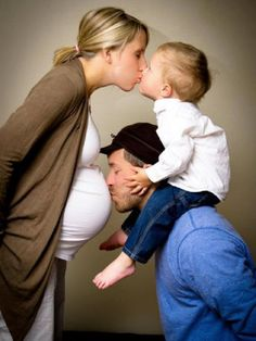 Mommy, Daddy, Me and Little Sister, Fun and Creative Family Photo Ideas, http://hative.com/fun-creative-family-photo-ideas/,