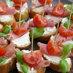 Tapas - Tomato and Parma ham slices - Katha cooks! Party Finger Foods, Snacks Für Party, Tapas Party, Clean Eating Snacks, Healthy Snacks, Party Buffet, Food Platters, Recipe For 4, Recipe Recipe