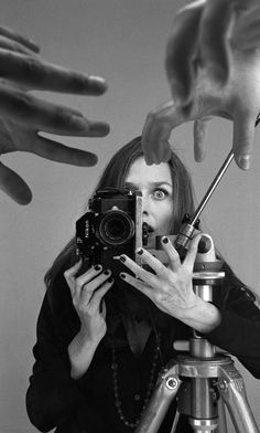 """Ouka Leele. Fotografa de """"la movida madrileña"""" siempre ha considerado que lo importante en el fotógrafo no es tener la mejor técnica sino tener ese """"algo"""" especial, el duende de cada uno. Realiza fotografías en blanco y negro y después pinta sobre ellas con acuarela dotándolas de color. Esta peculiaridad la ha continuado teniendo hasta hoy y es una de las características de la artista."""