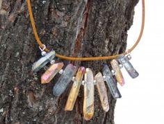 Ledopád je velmi efektní kombinace dvou barev křišťálu aqua aura - šedo-stříbrného a zlato-oranžového. Křišťál různé velikosti je navlečen na chirurgický drát, upevněný na kulatou kůži 1,5mm v provedení antik, vše doplněno bižuterními komponenty ve stříbrné barvě, zapínání na karabinku. Velikost křišťálu se pohybuje od 1,5 do 3cm.  Délka náhrdelníku je 49cm. Aqua, Jewelry, Fashion, Moda, Water, Jewlery, Jewerly, Fashion Styles, Schmuck