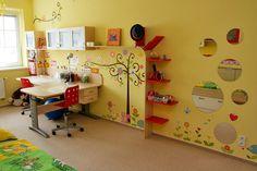 V každém dětském pokoji by pracovní stůl či stoly měly být umístěné co nejblíže k oknu. Tady jsou navíc vymyšlené tak, aby alespoň do určité míry působily i jako dělící prvek místnosti; archiv firmy