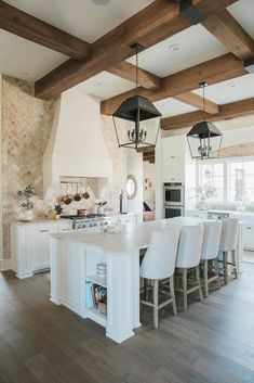Pretty French Country Decoration Ideas For Kitchen Modern Decoration modern french country decor Modern French Country, French Country Kitchens, French Country House, French Country Decorating, Kitchen Country, Rustic French, Country Farmhouse, Retro Home Decor, Home Decor Kitchen