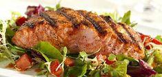"""Pittige zalm met salade is een lekkere frisse combinatie die prima is voor """"gewoon"""" avondeten met gebakken aardappeltjes."""