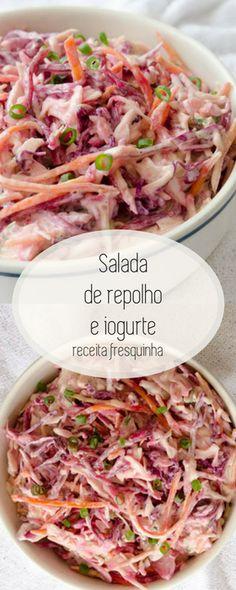 Receita de salada de repolho e molho de iogurte, feito com repolho roxo, verde, cenoura e um delicioso molho de iogurte, mel e mostarda  Uma salada de repolhos fresquinha, perfeita para dias quentes! Amamos a textira crocante dos vegetais aliado ao molho cremoso! #salada #receita #repolho #iogurte