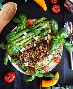 ...und wieder mal gibt es ein neues Rezept auf meinem Blog  und zwar Zucchini-Bolognese mit Spargel und feta  der Link zum Blog ist oben in meiner Bio . . (  the Recipe is on my blog nowLink in bio) . . .  Ich wünsche euch noch einen schönen Abend  Enjoy your evening  . .  _______ #meal #recipe #lunch #foodvsco #food #foodie #foodporn #dinner #instafood #foodstyling #foodstagram #dailyfood #fitfam #kitchenbowl #feedfeed #cleaneating #healthyeating #f52grams #beautifulcuisines #fitness…