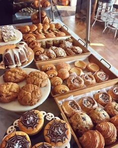 Pastry Display, Bread Display, Bakery Shop Design, Flaky Pastry, Savory Pastry, Choux Pastry, Cupcake, Bakery Interior, Almond Croissant