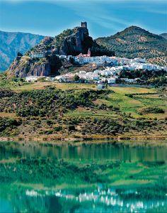 Desde las orillas del embalse de El Gastor, desde sus aguas de color esmeralda, Zahara de la Sierra se antoja el pueblo más bello del mundo.