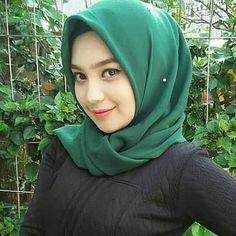 Pin Image by Bunda Hijaber Beautiful Muslim Women, Beautiful Hijab, Beautiful Asian Girls, Baby Hijab, Girl Hijab, Hijab Niqab, Hijab Chic, Hijab Outfit, Arab Girls Hijab