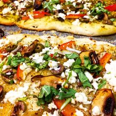 Delishee is a community for all cooks to gossip and share their best recipes, delicious food guides, products and trends. Pesto Pizza, Good Food, Yummy Food, Arugula, Red Peppers, Chutney, Parsley, Vegetable Pizza, Feta