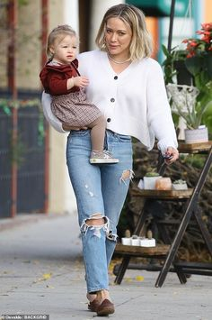 Hilary Duff seemed to be in a great mood as she went out for ice cream with her daughter Banks. The Lizzie McGuire star rocked a tasteful white cardigan and high-waisted ripped jeans. Hilary Duff Show, Hilary Duff Style, Hilary Duff Fashion, Hillary Duff Hair, Fall Fashion Outfits, Autumn Fashion, Casual Outfits, Informal Attire, Fall Capsule Wardrobe