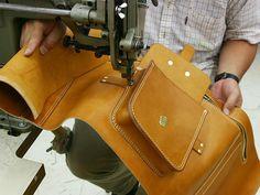 旅によく合う総革のビッグレザーバッグ。旅慣れしたバックパッカーが背負うようなクラシックなデザインと質実剛健なフォルムが特徴の3wayリュック。 Leather Hats, Sewing Leather, Leather Tooling, Leather Craft, Leather Bag Tutorial, Leather Wallet Pattern, Leather Money Clip Wallet, Leather Repair, Leather Bags Handmade