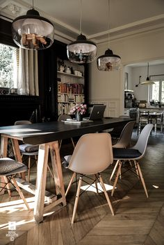 Eno studio Favourite Things pendant lights for dinning room idéea for your dining room Find it on our SILVERA/eshop Dining Area, Kitchen Dining, Dining Chairs, Dining Room, Eames Chairs, Upholstered Chairs, Interior Design Studio, Home Office Design, House Design