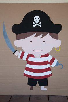 Le jeu la queue de l'âne version pirates. Les enfants, les yeux bandés, doivent chacun leur tour remettre le cache-oeil au pirate avec de la patafix.