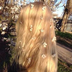 flowers in her hair Angel Aesthetic, Aesthetic Photo, Aesthetic Pictures, Aesthetic Fashion, Aesthetic Clothes, Style Fashion, Braids For Short Hair, Short Hair Styles, Hair Inspo
