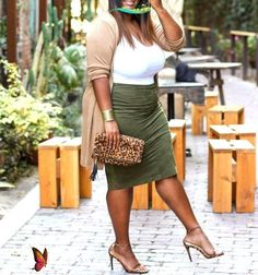 25 Beautiful Plus Size Outfits Ideas For Summer 2020 - Pinmagz<br> Tshirt Knot, Summer Snacks, Cute Crop Tops, Summer Hairstyles, Body Types, Hair Hacks, Selena Gomez, Plus Size Outfits, Plus Size Fashions