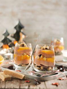 Winterliches Shortbread-Trifle          Zutaten für 6-8 Portionen: 160 g Shortbread, 50 g Zartbitter-Schokoraspel, 120 g Schokolade, halbbitter (50% Kakaoanteil), 250 g Sahne,  1 Bio-Orange, 3–4 Orangen, ½ TL Zimt, ½ TL Kardamom (gemahlen), 185 g  Gelierzauber (z.B. von Diamant Zucker), 250 g Quark, 10 % Fett, 250 g Schmand, 50 g Zucker, ½ TL Zimt, 1 Päckchen Vanillezucker.  Zubereitung:   1. Shortbread grob zerbröseln und mit Schokoraspeln mischen. 2. Schokolade in Stückchen brechen, in…