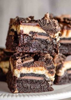 Oreo Cheesecake Brownie Bars - This Oreo Cheesecake Brownie Bars Recipe is the ultimate chocolate lovers dessert. These bars have a brownie bottom, chocolate-filled Oreos, a creamy vanilla cheesecake, and topped with a silky chocolate ganache all in one sliceable dessert. They're the perfect decadent cheesecake bar recipe to serve up! #cookiedoughandovenmitt #desserts #brownies Chocolate Cheesecake Brownies, Oreo Cheesecake Bars, Oreo Fudge, Chocolate Ganache, Vanilla Brownies, Choco Chocolate, Just Desserts, Delicious Desserts, Dessert Recipes
