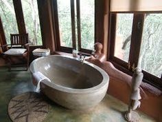 Badkamer met zeemeermin in Leshiba Lodge (Trudi) Limpopo, Zuid-Afrika.