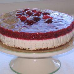 Vadelma-marianne juustokakku. Iso kakku ja liivatelehtiä käytetään enemmän.
