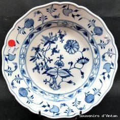 Assiette ancienne en porcelaine de Meissen, fleur d'oignon.