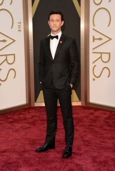 joseph gordon levitt sports red pinback button on oscars 2014 red carpet 01 Joseph Gordon-Levitt continues to wear a red pinback button on his tuxedo at the 2014 Academy Awards held at the Dolby Theatre on Sunday (March in Hollywood. Joseph Gordon Levitt, Les Oscars, Oscars 2014, Classic Tuxedo, Oscar Fashion, Men's Fashion, Fashion Styles, Best Dressed Man, Calvin Klein Collection