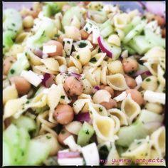 Nudelsalat mit Kichererbsen, Gurke und Hirtenkäse