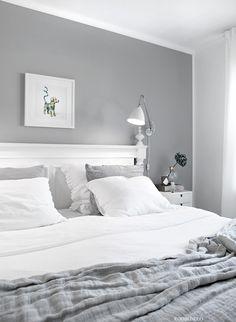 Jag älskar mitt sovrum. Här kommer ett par nya bilder från sovrummet. Jag trivs väldigt bra med den grå fondväggen som jag målade när vi flyttade hit i somras, tycker den ger en skönt lugn i rummet…