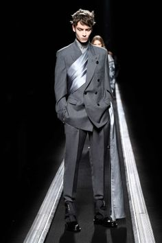 Bold slims and soft satin. Dior's FW collection doesn't sell men short! Christian Dior Homme, Winter Fashion Boots, Winter Boots, Mens Fall, Mens Winter, Fall Winter, Womens Fashion Sneakers, Urban Fashion, Fashion Edgy