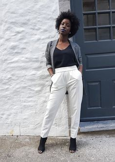 Minimalism has an unending appeal—and the same is true of minimalist fashion. But figuring out how to construct the perfect minimalist wardrobe can be a challenge. Here, 47 minimalist outfit ideas you can wear during any time of year. Minimalist Fashion Summer, Minimalist Dresses, Minimalist Outfits, Minimalist Chic, Minimalist Lifestyle, 80s Fashion, Korean Fashion, Fashion Outfits, Fashion Trends