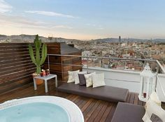 Discover the exclusive B-Topic Restaurant and the spectacular Sunset Bar terrace at the Montcada. Jacuzzi, Barcelona Hotel, Skyline, Hotels, Boutique, Outdoor Furniture, Outdoor Decor, Restaurant Bar, Rooftop