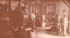 Departamentos de la fabrica de cigarrillos ¨La Habanera¨ en Santiago en 1906. Esta fue una de las primeras fabricas que se instalaron en el país y la primera de cigarrillos que usó fuerza motriz. Estaba ubicada en la calle Restauración esquina San Luis donde actualmente está la tienda ¨La Venus¨. A partir de 1914 se convirtió en la Compañia Anónima Tacabalera. Nótese el uso de máquinas que reemplazaban labores manuales.