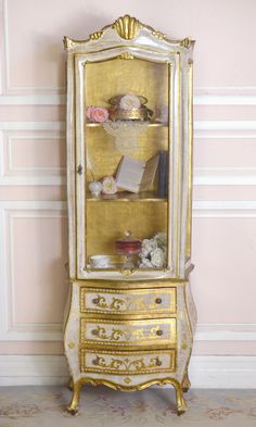 Vintage Italian Florentine Gold and Cream Gold Gilt Display Cabinet -